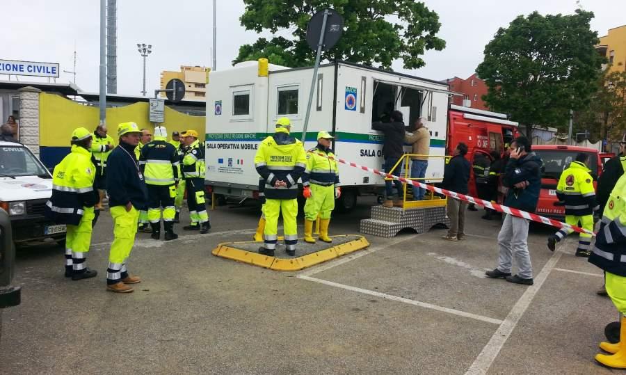 Volontari di Protezione Civile da Cupra Marittima a Senigallia per togliere il fango