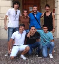 l'assessore alle politiche giovanili Luca Vagnoni insieme ai ragazzi che saranno premiati
