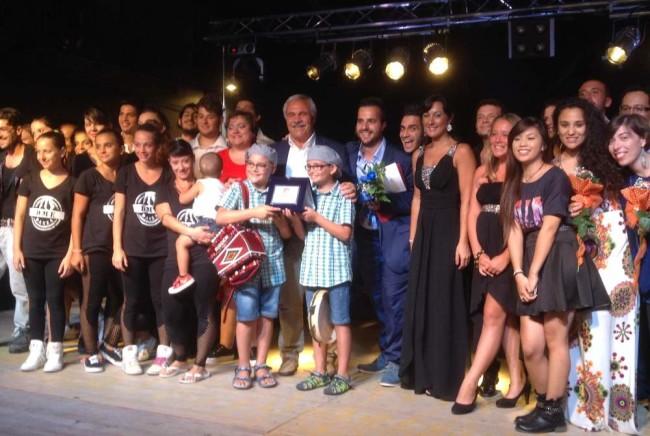 i vincitori della Corrida 2014 Roberto e Luca insieme al sindaco Domenico D'Annibali, l'assessore Luca Vagnoni, gli organizzatori e i partecipanti