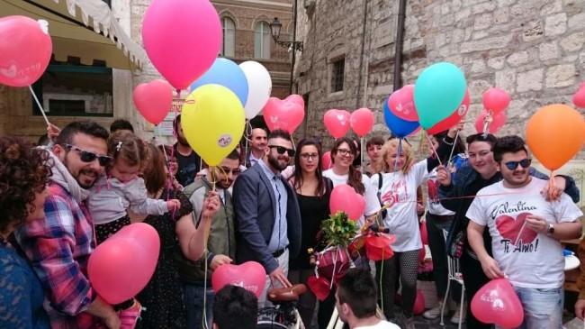 Valentina Poli e Simone Gigli hanno confermato il loro amore platealmente davanti ad amici parenti e curiosi intervenuti al flash mob organizzato da Elevents per promuovere il nuovo brano Marry me!