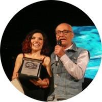 Daniela Fiorentino con la targa Léo Ferré e Giuseppe Gennari ©