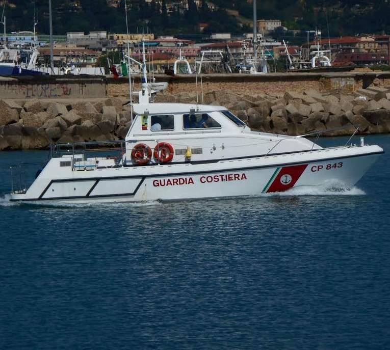 La Guardia Costiera di San Benedetto salva tre persone in difficoltà a bordo di un gommone