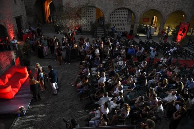 Il pubblico per la performance di Maurizio Galimberti