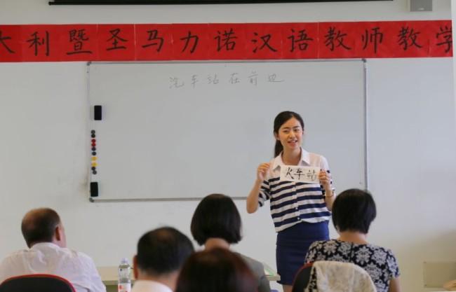 la professoressa dell'Istituto Confucio di Macerata Chen Chen durante la lezione tenuta nel corso della gara