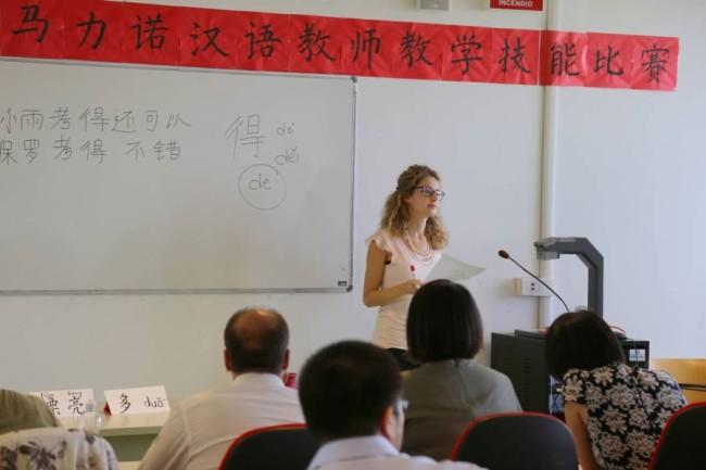 la professoressa dell'Istituto Confucio di Macerata Francesca Gesù durante la lezione tenuta nel corso della gara