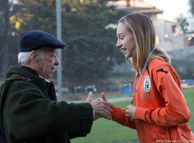 Isabel Rugieri premiata da Gabriele Cavezzi