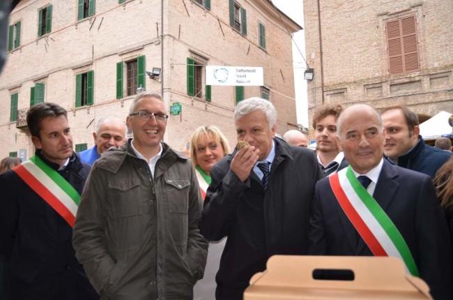 Il ministro dell'Ambiente Gian Luca Galletti con un profumatissimo tartufo