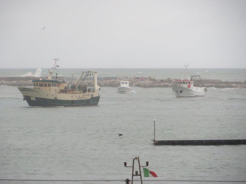 La Guardia Costiera presta assistenza ad unità da pesca in difficoltà