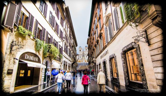 Turista a Piazza di Spagna, Roma 2016-06-02 -  Trinità dei Monti da Via dei Condotti