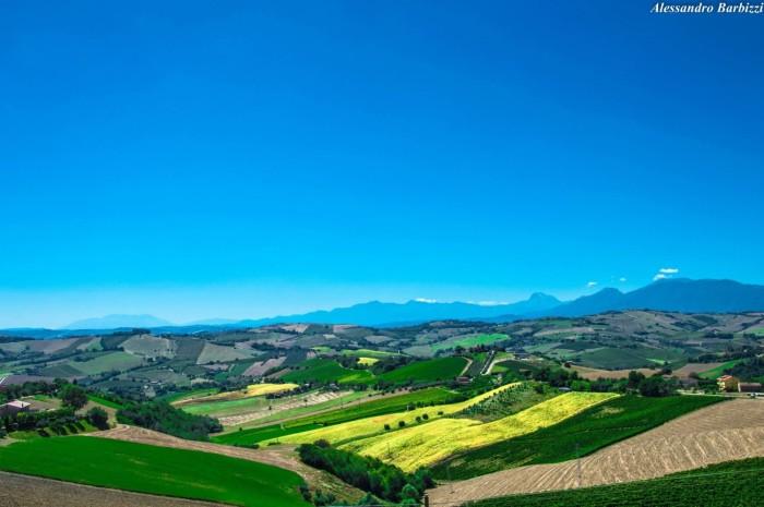 """sullo sfondo i """"Monti Gemelli"""", """"Gran Sasso"""", """"Maiella"""""""