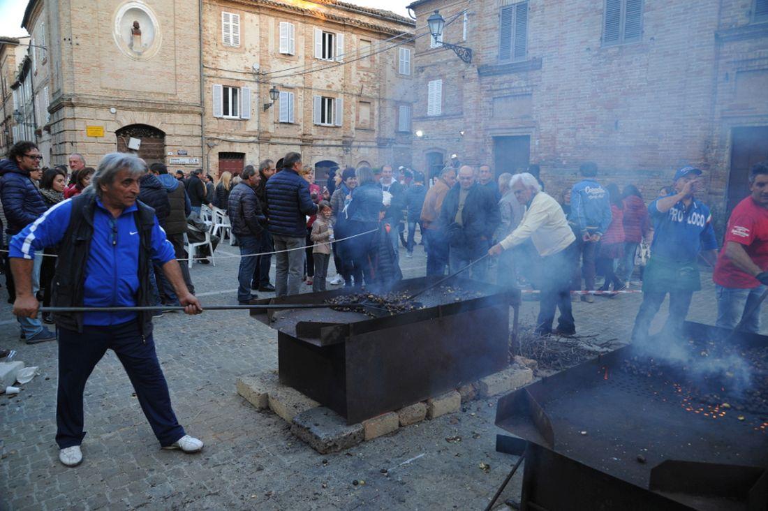 Castagnata in Piazza a Montefiore