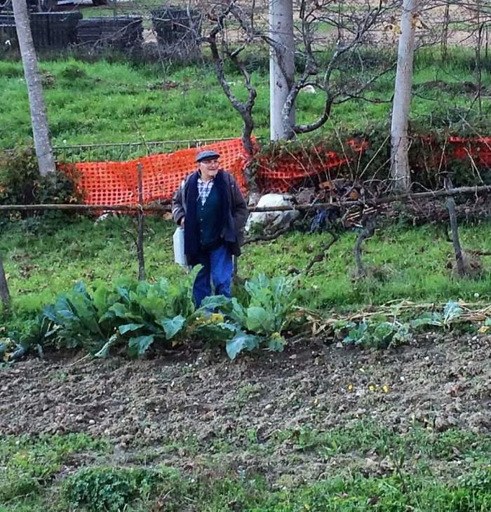 Alberto Gigli nel suo orto