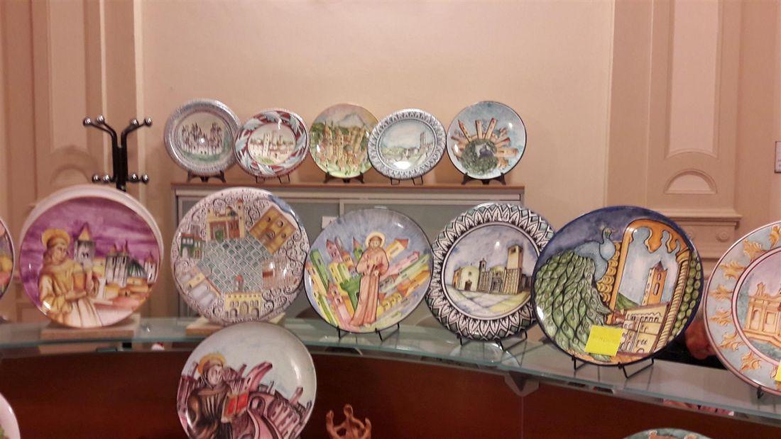 Prosegue fino al 22 dicembre la mostra di beneficenza di ceramiche