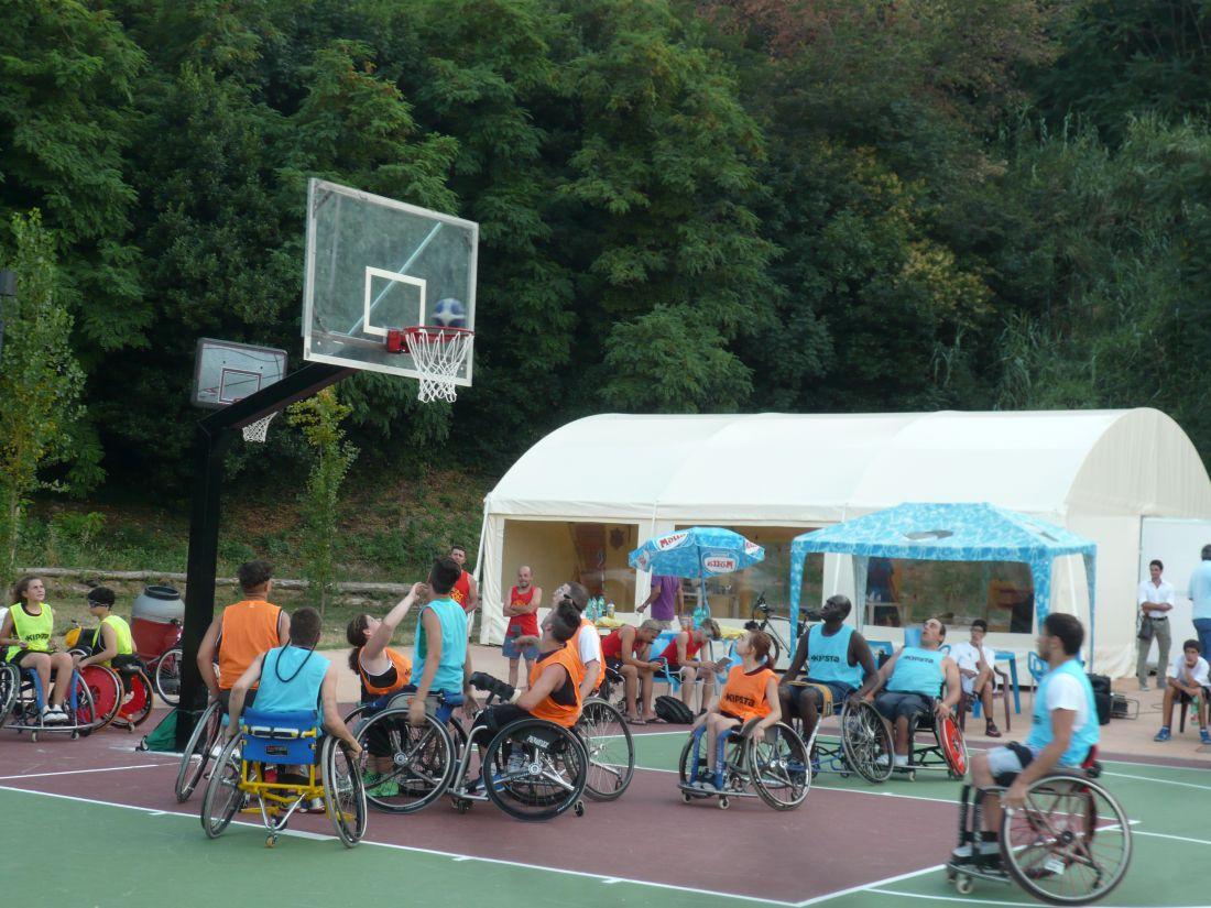Basket in carrozzina al nuovo campo del Parco Cerboni