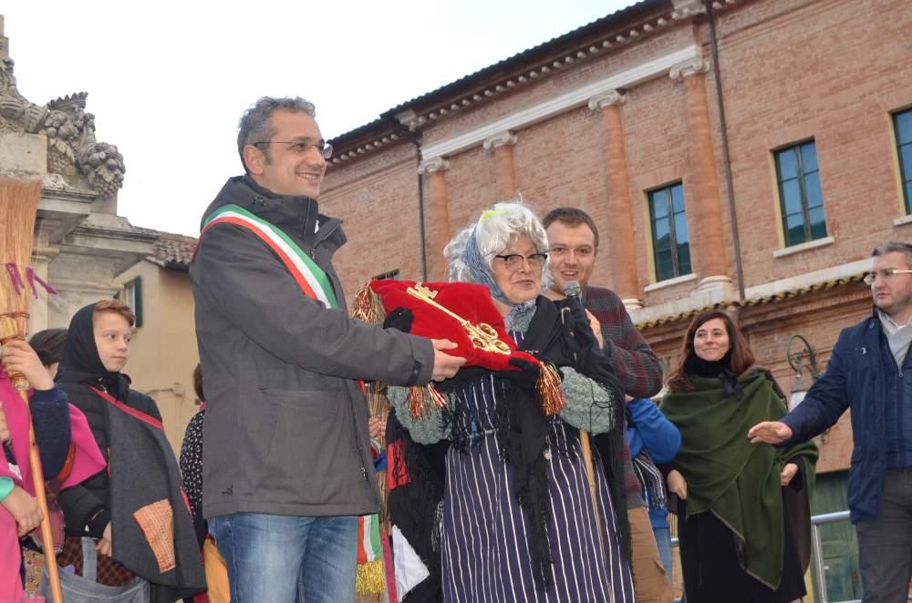 A Urbania la Befana diventa sindaco e corre verso un altro record