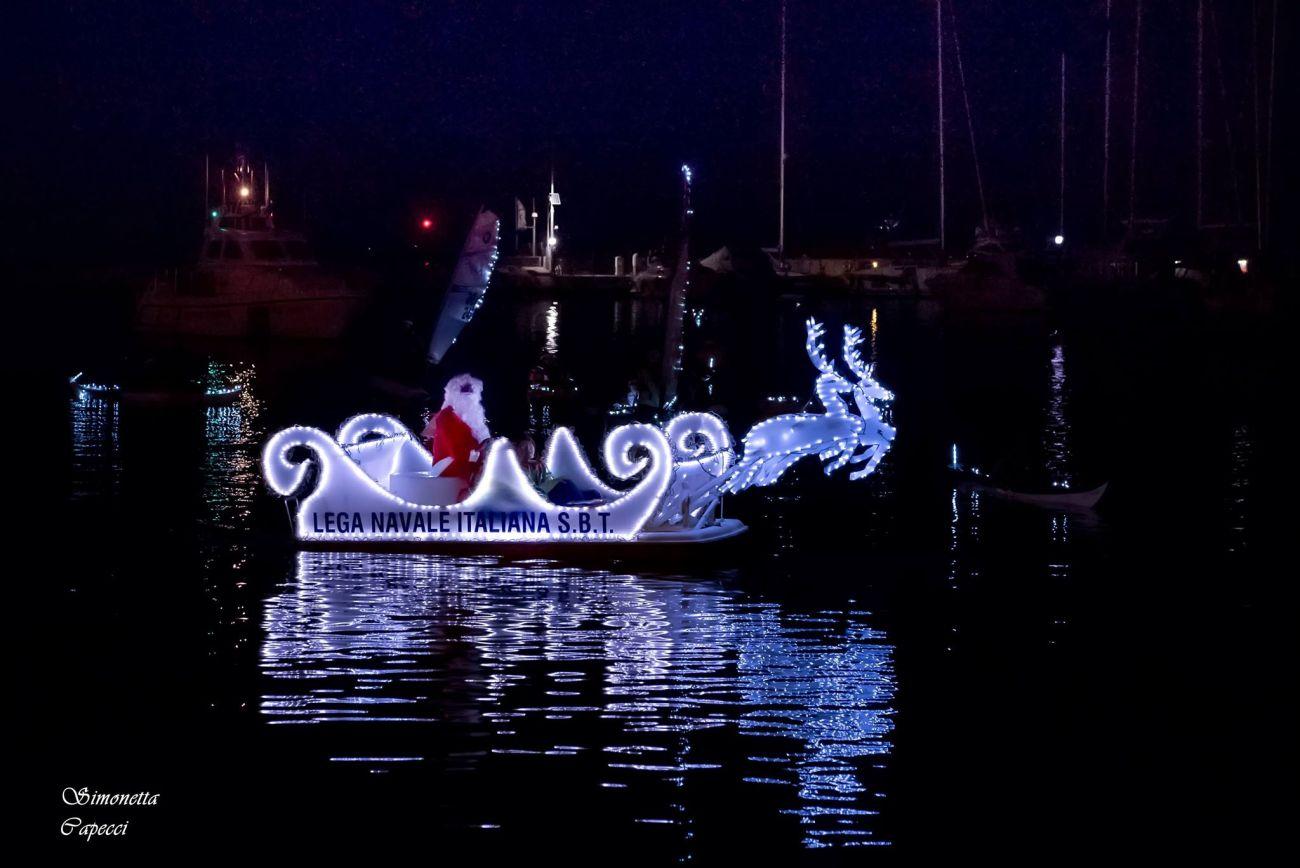 Babbo Natale arriva dal mare e il tradizionale Presepe al molo sud