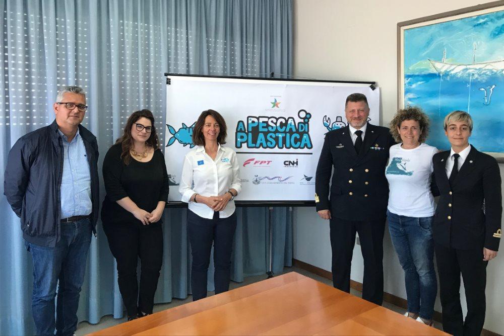 """L'Onorevole Paola Deiana incontra i promotori del progetto """"A pesca di plastica"""""""