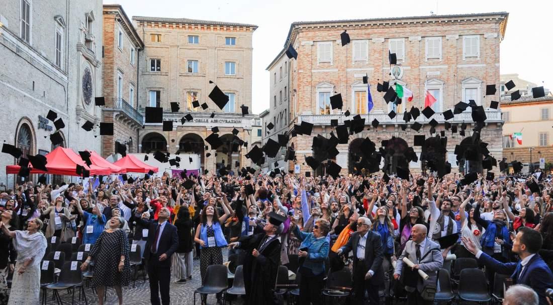 Giornata del Laureato UniMc, festa in piazza per oltre 300 laureati