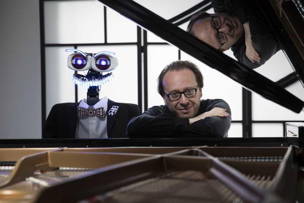 Eccezionale sfida alla tastiera tra un pianista robot e un pianista umano al Festival Pergolesi Spontini