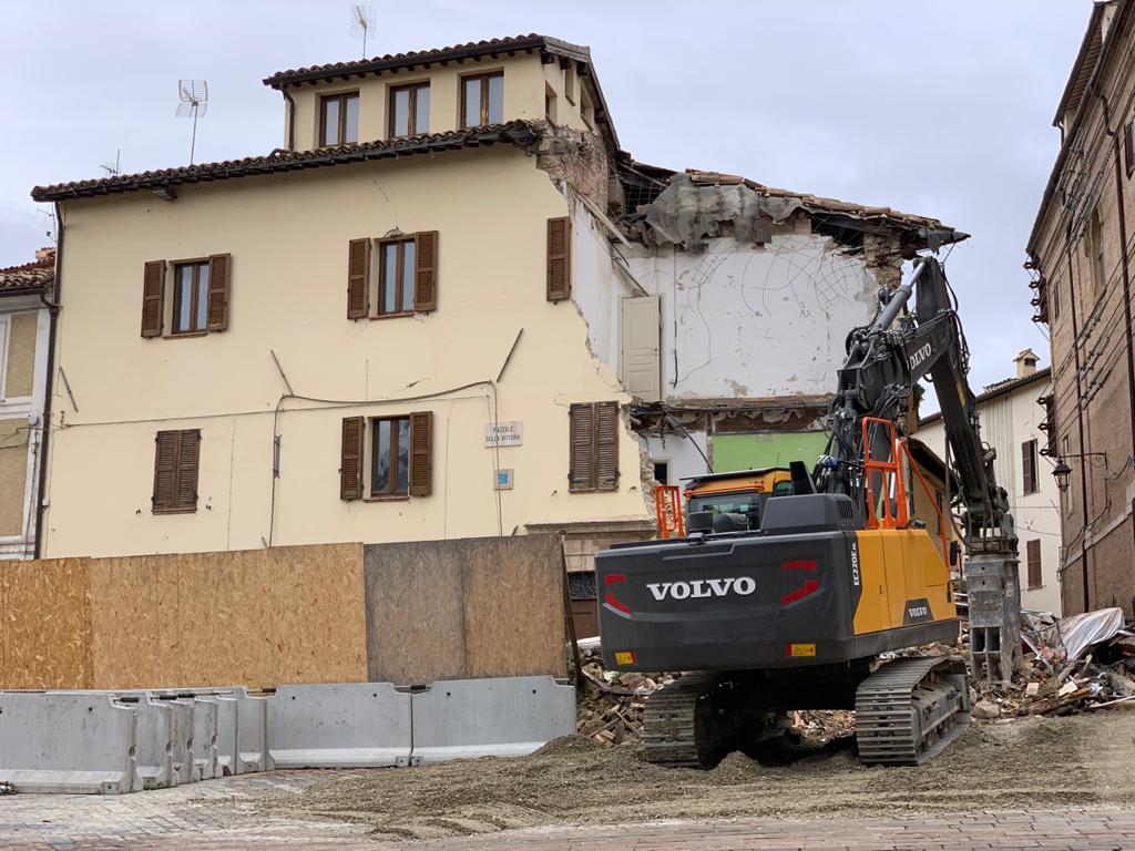 Abbattuto il palazzo diventato simbolo del sisma del 2016