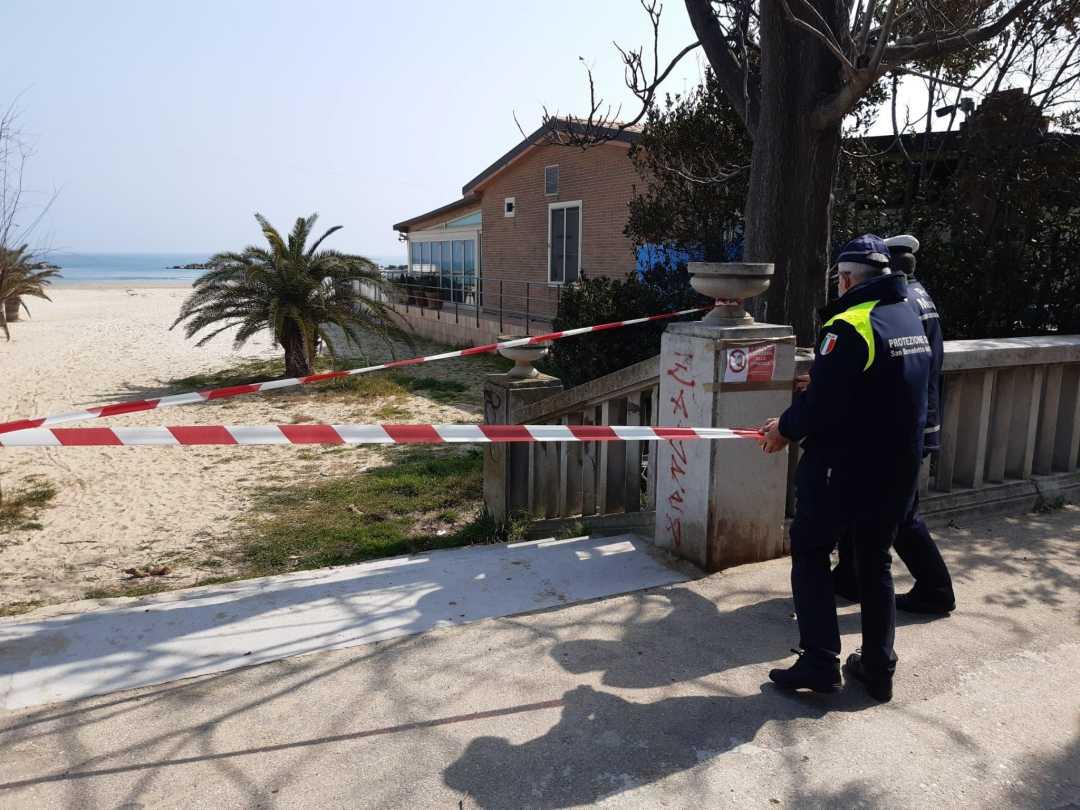 La Polizia Municipale chiude gli accessi alla spiaggia e appone la relativa segnaletica