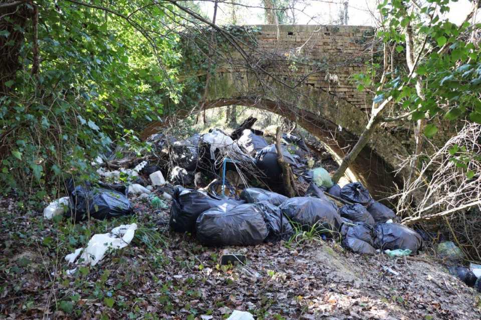 Operazione rimozione dei rifiuti abbandonati a Cossignano
