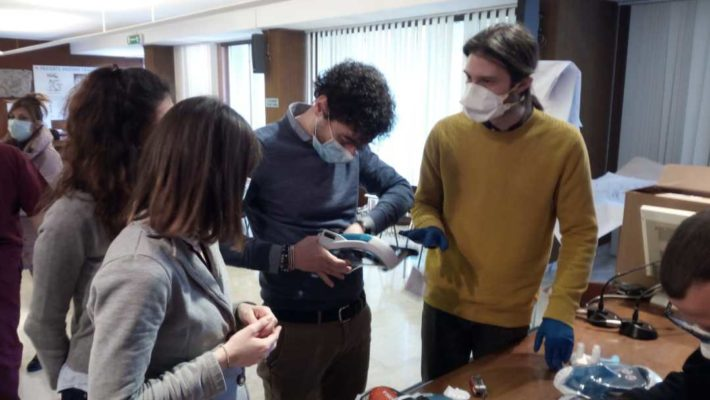 Coronavirus Marche: 250 maschere adattate per la respirazione dei pazienti grazie a Decathlon e UniCam
