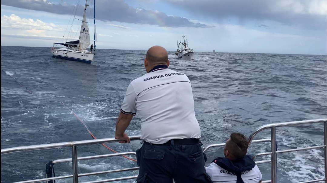 Diportisti in balia del mare, interviene la Guardia Costiera