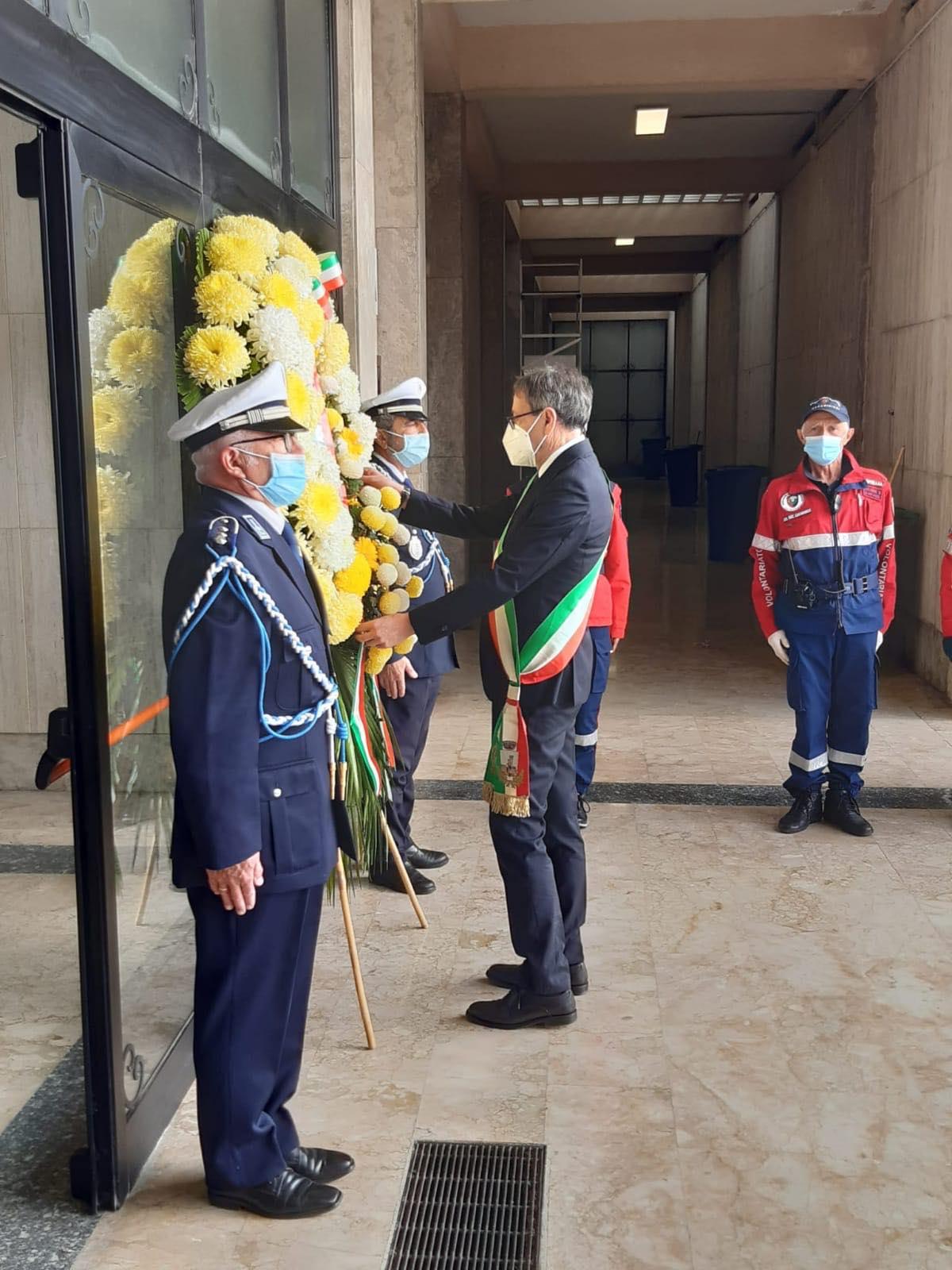 Commemorazione dei Defunti, Piunti depone una corona al civico Cimitero