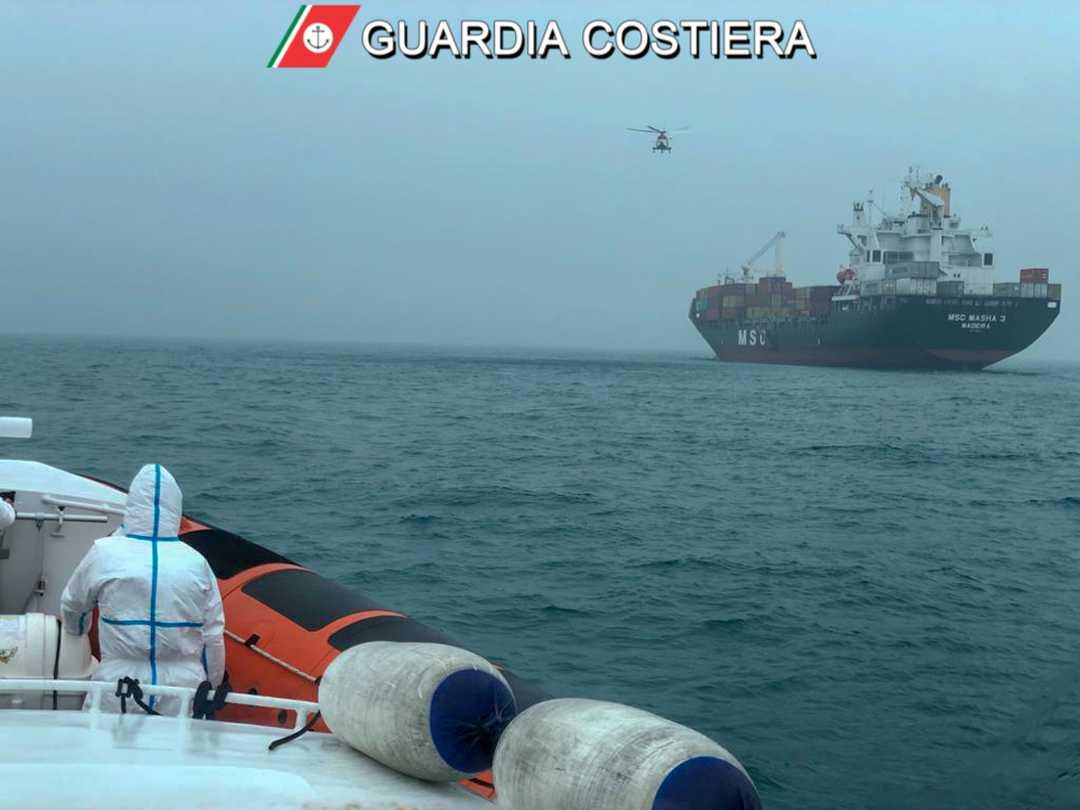 Malore a bordo di una nave mercantile. Gravi le condizioni del marittimo sbarcato grazie all'intervento di un elicottero della Guardia Costiera