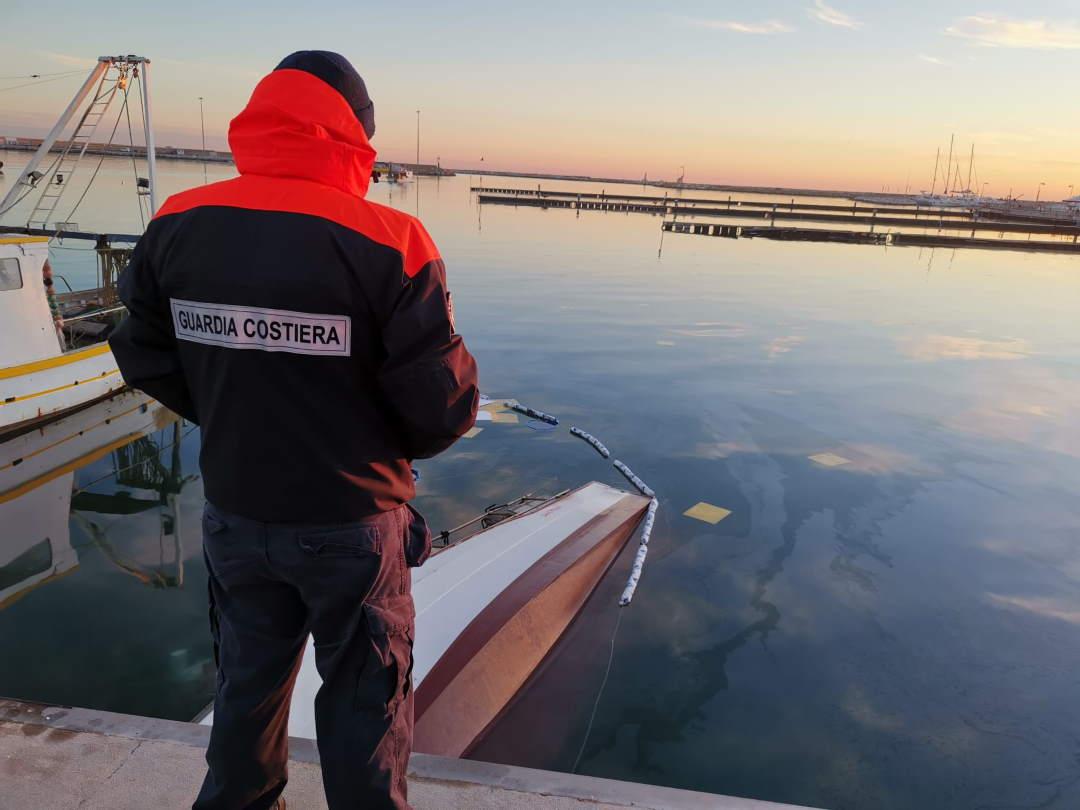 Barca della piccola pesca è affondata nel porto di San Benedetto