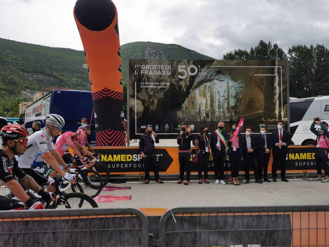Giro d'Italia 2021: il presidente Acquaroli alla partenza della 6a tappa a Genga