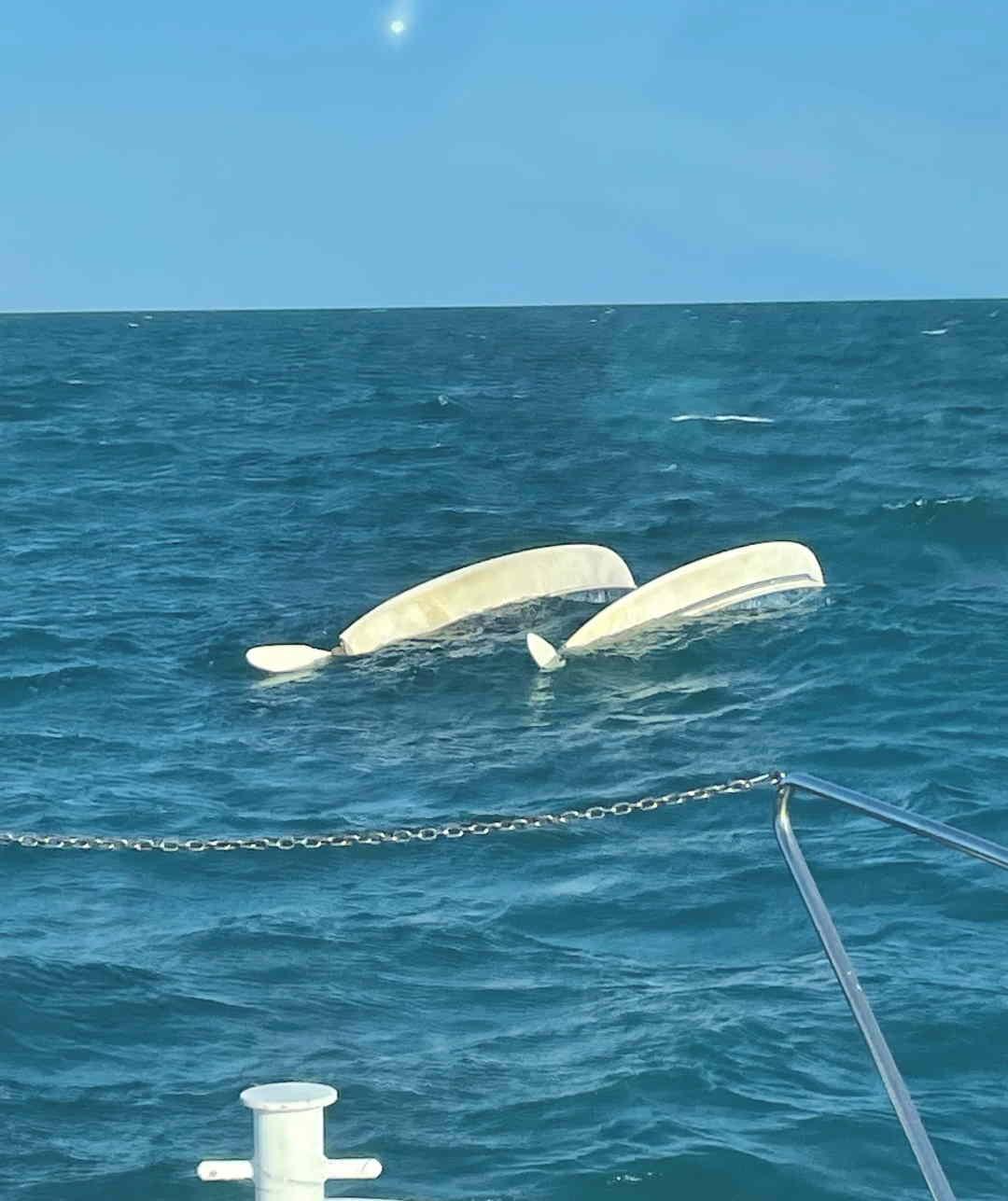 Diportisti in difficoltà con catamarano scuffiato soccorsi dalla Guardia Costiera nelle acque antistanti il litorale fermano